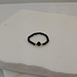 Czarny pierścionek z koralików