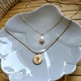 Długi naszyjnik z monetą i perłą